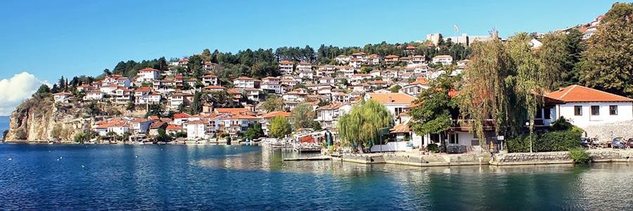 Вид с охридского озера на старую часть г.Охрид.